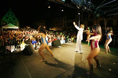 Grand show Claude Francois par Bastien REMY sosie de cloclo et ses danseuses en alsace devant une foule immense
